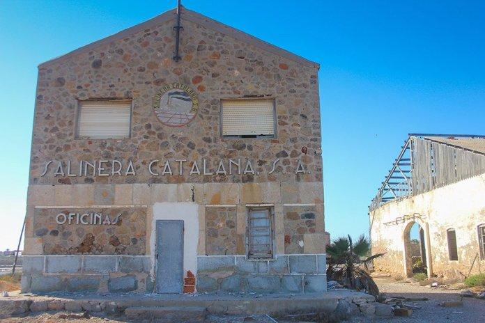 Oficinas centrales de las salinas de Marchamalo, obra de Lorenzo Ros, abandonadas y necesitadas de un programa de rehabilitación idéntico al que Cultura ha puesto en marcha en las salinas de San Pedro.