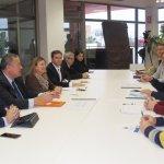 La Comunidad Autónoma ha vuelto a elegir San Pedro para anunciar mejoras en el Mar Menor. En la imagen, reunión de ayer del consejero de Fomento con empresarios de la zona.