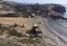Proceso de relleno con tierra que se está llevando a cabo en una de las calas de Cala Flores