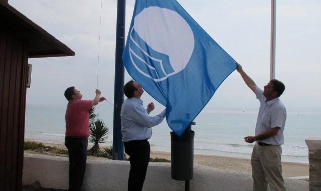 Banderas azules y blancas