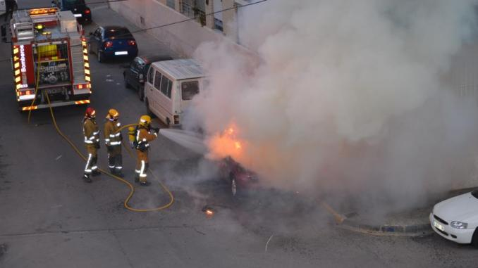 Coche arde 4may2014