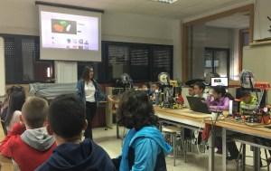 Estudiantes enseñando a estudiantes