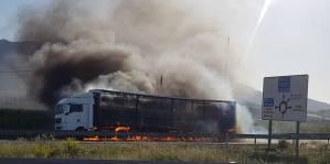 Arde un camión en la carretera que une Orihuela con Benferri
