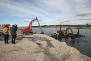 """Tenza:""""Los trabajos de dragado de la desembocadura del río Segura permitirán que los barcos  pesqueros y recreativos puedan navegar el próximo mes de abril"""""""