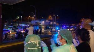Aplausos cruzados entre los Cuerpos y Fuerzas de Seguridad y sanitarios a las puertas del Hospital Vega Baja