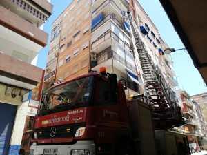 Los bomberos intervienen por una caída de cascotes en un edificio de Orihuela