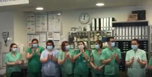 Profesionales de la UCI del Hospital de Torrevieja se unen en un gran aplauso colectivo de reconocimiento mutuo al trabajo en equipo