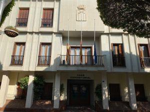El Ayuntamiento de Almoradí se suma al luto por el coronavirus y ondea sus banderas oficiales a media asta