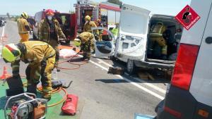 Los bomberos rescatan a un hombre tras fracturarse las piernas en un accidente de tráfico en Dolores