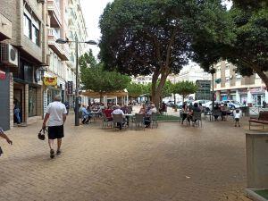 Las primeras terrazas y los comercios abiertos en Orihuela llenan de vida el centro de la ciudad