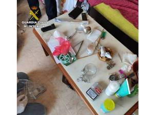 La Guardia Civil desmantela dos puntos de venta de drogas en Almoradí