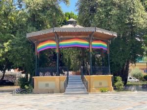 """Igualdad despliega la """"bandera arcoíris"""" en la Glorieta Gabriel Miró para conmemorar el Día Internacional del Orgullo LGTBIQ+"""