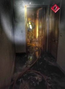 Los bomberos sofocan el incendio en una vivienda de Guardamar del Segura