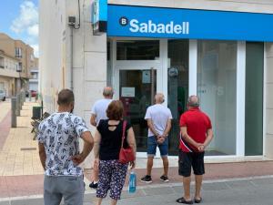 El Ayuntamiento de San Fulgencio logra que la oficina bancaria del centro mantenga un servicio mínimo para los vecinos, tras la amenaza de cierre