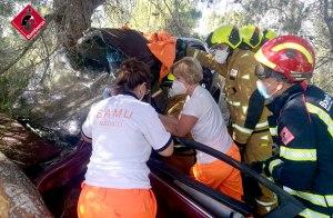 Herida una conductora en Pilar de la Horadada tras salirse de la vía e impactar contra unos pinos