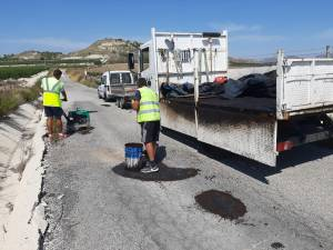 Infraestructuras realiza un plan de bacheo en caminos municipales