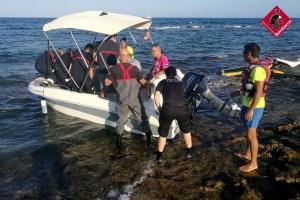 Los bomberos rescatan a un hombre de su embarcación en Cala Ferri