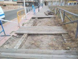 Reparan las maderas en un tramo de la senda peatonal de La Mata