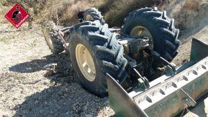 Muere un hombre de 80 años al volcar su tractor en Torremendo