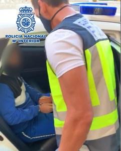 La Policía Nacional detiene a un estafador huido de la justicia que utilizaba internet para engañar a sus víctimas y se escondía en Torrevieja