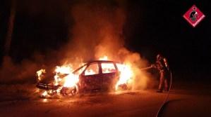Los bomberos extinguen el incendio de un vehículo aparcado en Orihuela Costa