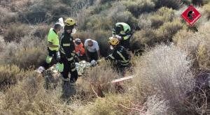 Herido un motorista tras impactar con un guardarraíl y caer por un terraplén en Orihuela