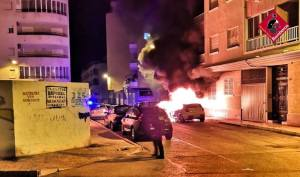 Se incendian dos vehículos durante la madrugada en Torrevieja