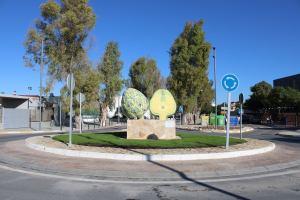 Dolores dedica una escultura a la alcachofa