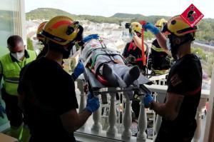 Los bomberos rescatan a un hombre mayor tras sufrir una caída en su vivienda de Guardamar del Segura