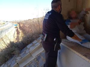 La Policía Local evita el suicidio de una mujer que amenazaba con tirarse desde un puente a 30 metros de altura en Orihuela
