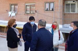 La Conselleria de Vivienda visita las obras de regeneración y mejora de espacios comunes en el grupo Asunción Cruañes de Almoradí