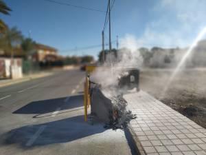 Multas de hasta 750 euros en Redován por depositar vertidos de restos de hogueras en el contenedor