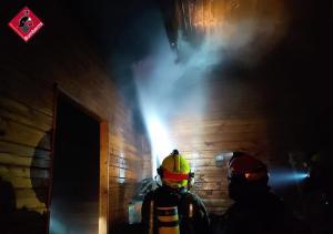 Los bomberos sofocan el incendio en una vivienda de madera en Heredades