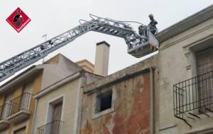 Los bomberos actúan en Orihuela para evitar desprendimientos en una fachada