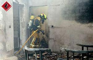 Un incendio calcina una vivienda abandonada en Arneva