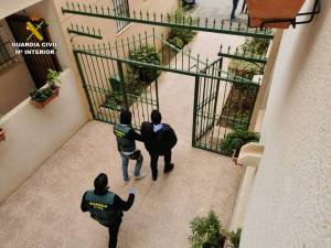 La Guardia Civil detiene a un clan familiar en Torrevieja por estafar 50.000 euros con el método rip deal