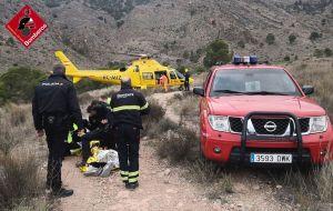 Rescatan en helicóptero a un joven de 21 años tras sufrir un desmayo y convulsiones en la sierra de Orihuela