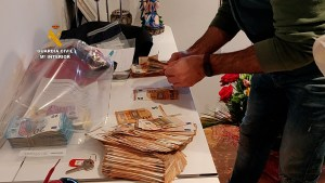 La Guardia Civil destapa una estafa piramidal de más de cuatro millones de euros con sede en Guardamar del Segura