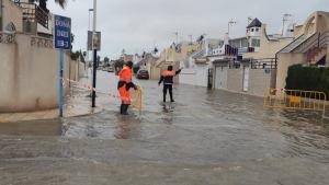 Calles inundadas y retenciones de tráfico en la CV-905 por las fuertes lluvias en Torrevieja