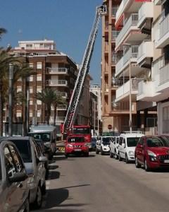 Los Bomberos de Torrevieja intervienen para evitar el desprendimiento de una cornisa