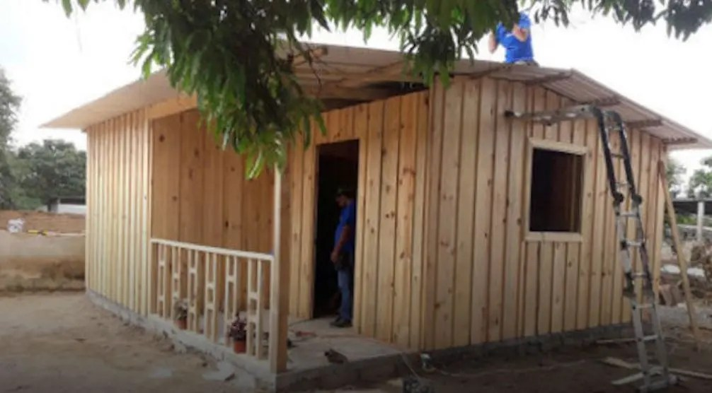 Construyen primera casa de madera a familia damnificada en