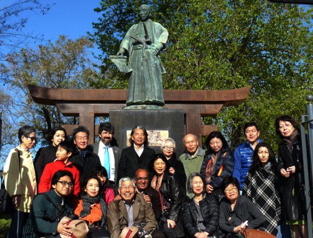 Provincia - El diseñador nipón Kenzo Takada planta un cerezo en Coria del  Río - Diario de Sevilla