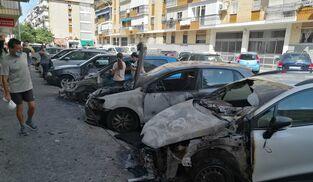 Los tres vehículos calcinados en la calle Diego Puerta en Sevilla.