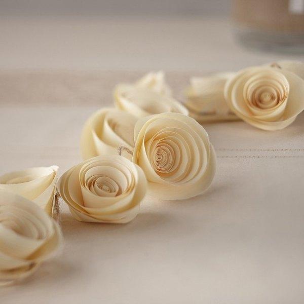 Guirnaldas de flores de papel en blanco