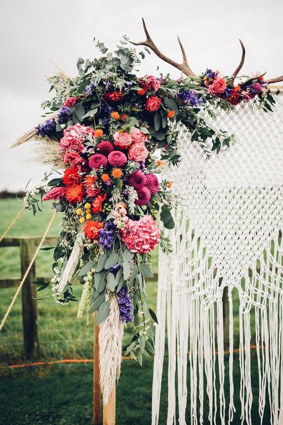 arco con macrame y flores boda - Inspiración con Macramé para Bodas Bohemias