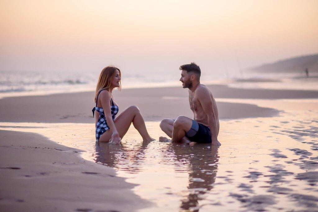 celebrar el primer aniversario de bodas en la playa