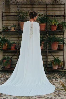 Look de novia de invierno con capa