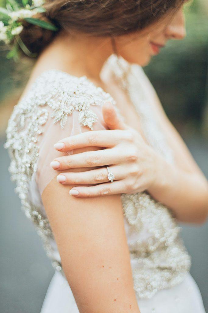 anillo de compromiso con diamante - ¿Cuál es la Diferencia entre un Anillo de Pedida y de Compromiso?