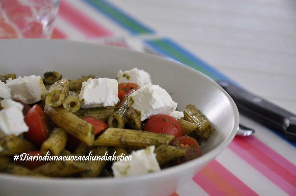 Insalata di pasta al pesto con pomodorini