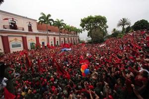 """O povo devolve Chávez ao poder em 2002: a emissora de Cisneros chamava os chavistas de """"macacos"""""""